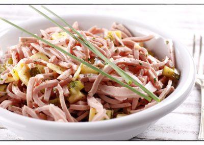 Wurstsalat mit Gurke und Zwiebeln